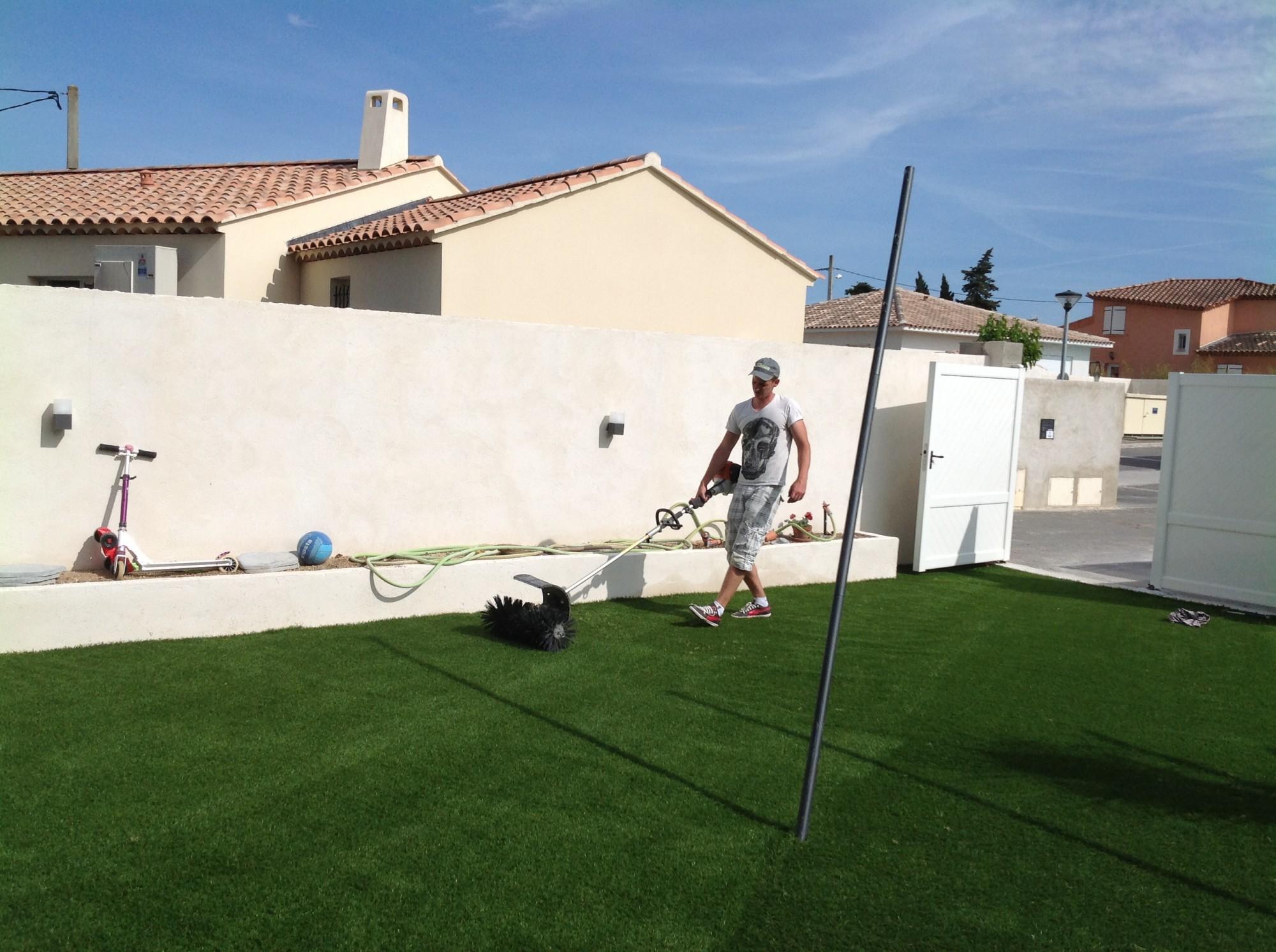 Brossage de la pelouse synthétique lors d'un chantier à Montpellier